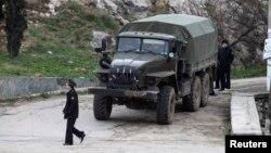 Lính hải quân Nga có vũ trang đứng bao vây xung quanh đồn biên phòng Ukraina ở Balaclava trong khu vực Crimea, 28/2/2014