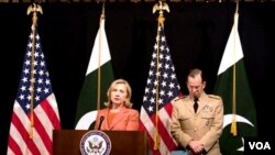 Menlu AS Hillary Rodham Clinton memberikan keterangan kepada media didampingi Laksamana Mike Mullen di Kedubes AS di Islamabad (27/5).