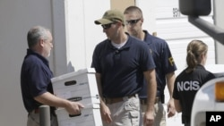 Изъятие документов агентами ФБР в офисе Arc Electronics в Хьюстоне. 3 октября 2012.