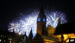 ການຈູດບັ້ງໄຟດອກທີ່ສວຍງາມ ເໜືອແມ່ນ້ຳ Thames ແລະຫໍຄອຍ Elizabeth ຂອງພະລາຊະວັງ Westminster
