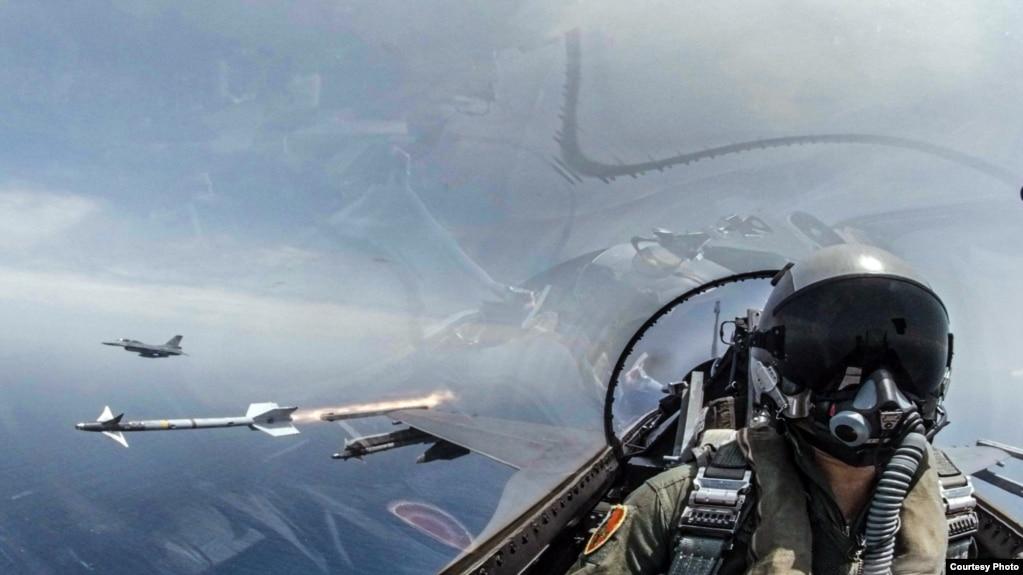 2019年5月22日台湾海空联合操演,F-16战机发射响尾蛇导弹,射击模拟目标。 台湾操演 操演 军演 海空联合操演 响尾蛇 导弹