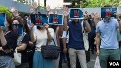 民眾在香港中環遮打花園舉行集會抗議政府將實施《禁止蒙面規例》(2019年10月4日,美國之音鳴笛拍攝)