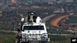 Pasukan keamanan PBB dari Spanyol berpatroli di desa Odaisa, di bagian selatan Lebanon (29/8).
