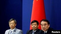 15일 베이징에서 G20정상회의 설명회를 진행하고 있는 리바오둥(오른쪽) 중국 외교부 부부장. 왼쪽부터 이강 중국 인민은행 부행장과 주 광야오 경제부 차관.