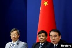 中国外交部副部长李保东(右)财政部副部长朱光耀(中)中国人民银行副行长易纲在关于20国集团峰会的记者会上(2016年8月15日)