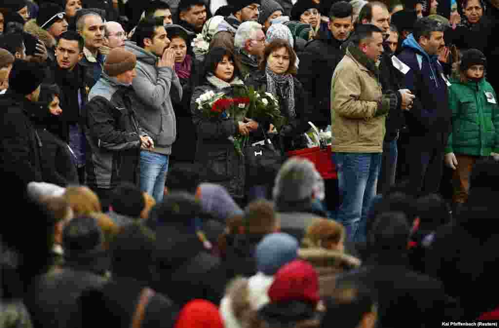 Warga berdoa di luar masjid dalam upacara pemakaman untuk almarhum mahasiswi itu di Waechtersbach (3/12).(Reuters/Kai Pfaffenbach)