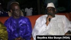 Le Président Macky Sall (à droite) présente ses condoléances à Thierno Alassane Sall suite au décès de son père, à Dakar, Sénégal, le 12 Avril 2017. (VOA/Seydina Aba Gueye)