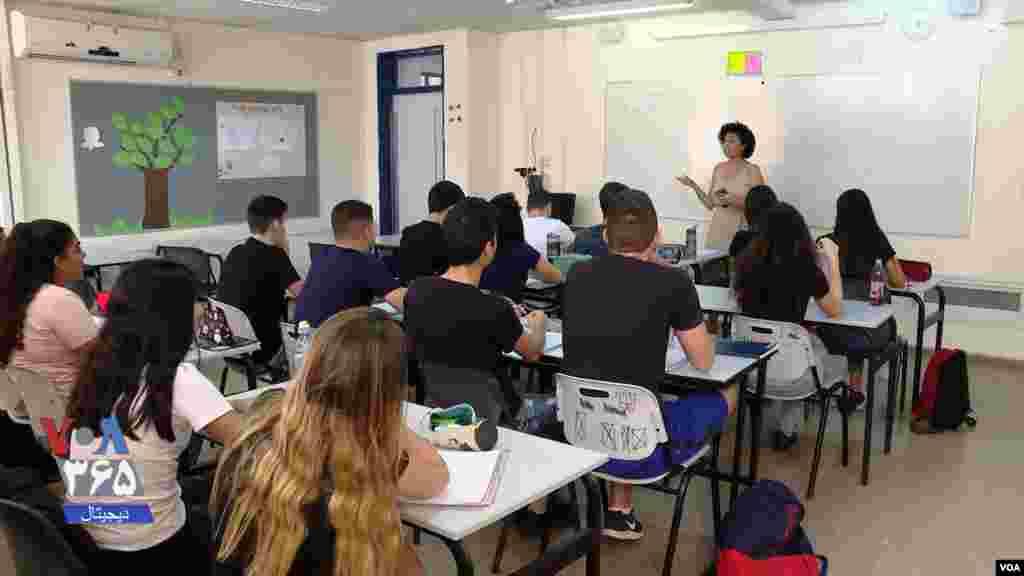 دانشآموزان در دبیرستان بنگوریون در پتاح تیکوا، خارج از تلآویو در اسرائیل، هفتهای پنج ساعت خواندن، نوشتن، و حرف زدن به زبان فارسی را یاد میگیرند.
