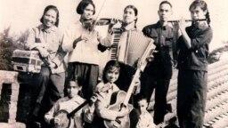 Hình chụp một buổi ca nhạc trong gia đình Nguyễn Tường Bách - Hứa Bảo Liên ở Phật Sơn, 1967. (Hình: Tư liệu Hứa Bảo Liên)