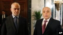 Perdana Menteri Irak, Haider al-Abadi (kanan), bersama Menteri Luar Negeri Irak, Ibrahim al-Jaafari, di kantor Perdana Menteri di Baghdad (21/1). (AP/Hadi Mizban)