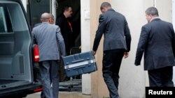 Kotak hitam dari pesawat Boeing 737 Max 8 milik maskapai Ethiopian Airlines yang jatuh hari Minggu (11/3) tampak dibawa ke kantor BEA di Paris, Perancis untuk dianalisa, Kamis (14/3).
