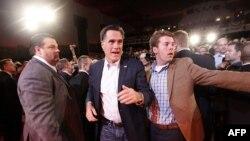 Ông Mitt Romney chào đón các ủng hộ viên tại Nhà hát Royal Oak ở Michigan, ngày 27/2/2012
