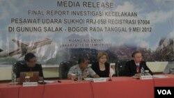 Ketua Komite Nasional Keselamatan Transportasi (KNKT), Tatang Kurniadi (dua dari kiri) bersama Duta Besar Rusia untuk Indonesia Mikhail Yurievich Galuzin (paling kanan). (VOA/A. Waluyo)