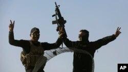 지난 23일 이라크 모술 인근 알-사마흐의 전선에 투입된 이라크 특수부대원들이 손가락으로 승리의 'V' 를 만들어보이고 있다.