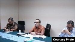 Plt juru bicara Kemlu Teuku Faizasyah (tengah) dan Direktur Perlindungan WNI, Judha Nugraha (kanan) dalam jumpa pers secara virtual di Jakarta, Rabu 1/4. (Foto: Kemlu RI)