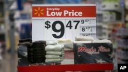 阿肯色州罗杰斯沃尔玛商店销售架上陈列的毛巾