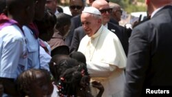 Paus Fransiskus mengunjungi para pengungsi di Bangui, Republik Afrika Tengah hari Minggu (29/11).
