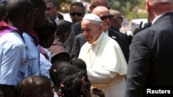 Paus Fransiskus menyapa warga yang mengungsi di gereja Saint Sauveur, di ibukota Bangui, Republik Afrika Tengah (29/11). (Reuters/Siegfried Modola)