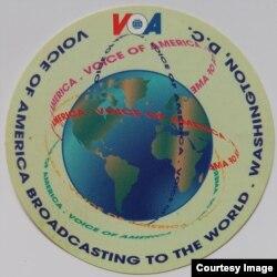 Iklan dan logo Voice of America (Foto: Sunu Budiarjo)