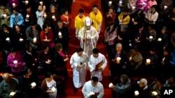 Giám mục Trung Quốc Lý Sơn (giữa) cử hành thánh lễ ngày thứ Bảy vào đêm trước Phục Sinh tại Giáo đường Thánh Mẫu Vô Nhiễm Nguyên Tội, một nhà thờ Công giáo được nhà nước cho phép hoạt động ở Bắc Kinh, Trung Quốc, ngày 31 tháng 3, 2018.