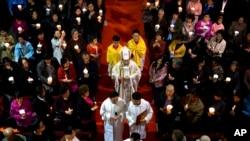 中国天主教举行复活节前夜圣周六活动