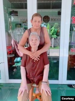 Bà Trần Thị Thu và mẹ là bà Phan Thị Việt Hồng - hiện đang sinh sống ở tỉnh Đồng Nai. Photo provided by Tran Thi Thu