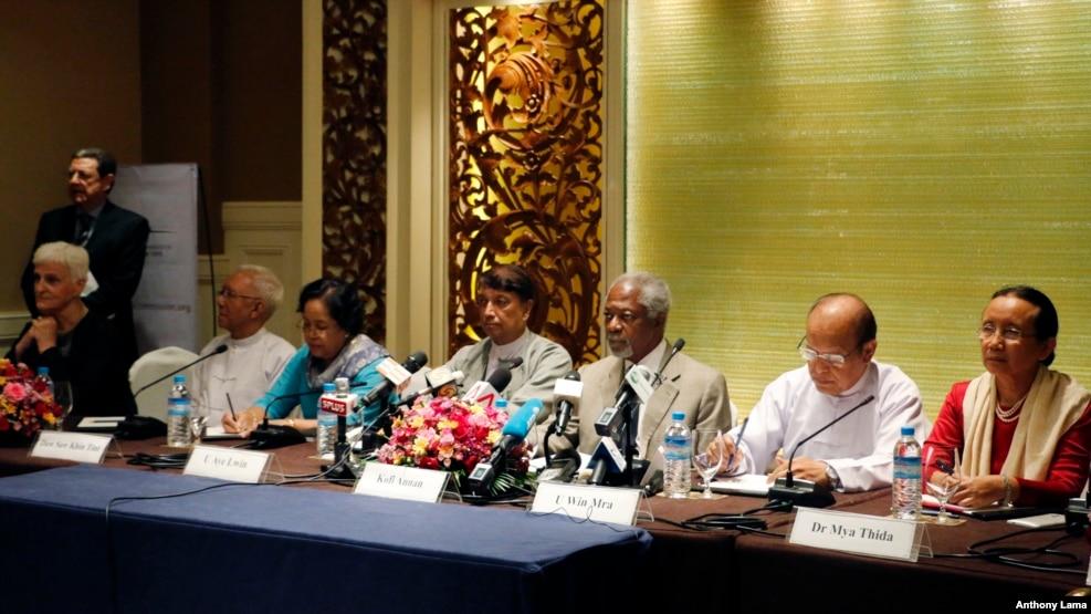 2016年9月8日,联合国前秘书长安南(右三)在缅甸仰光一家酒店举行新闻发布会。
