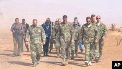 Jendral AS Joseph Votel, Komando Tertinggi AS di Timur Tengah (tengah) tiba di pos militer al-Tanf, selatan Suriah, 22 Oktober 2018. (Foto: dok).