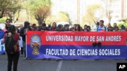 """La policía está usando canicas para reprimir protestas como en Venezuela"""",dijo en conferencia de prensa el vicerrector de la Universidad Pública El Alto, Nelson Centellas."""