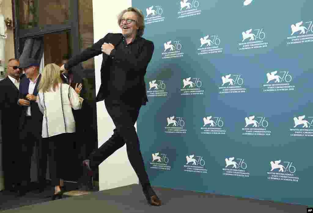 ژست «گری اولدمن» بازیگر۶۱ ساله انگلیسی مقابل خبرنگاران در فستیوال فیلم ونیز. او با فیلم رختشورخانه که ماجرای کارمند بیمه افشاگرفساد مالی است، در این جشنواره حضور دارد.