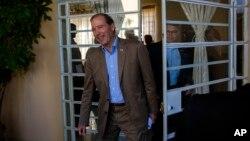El senador Tom Udall, llega a una conferencia de prensa en La Haban. Le sigue, atrás, el senador Al Franken.