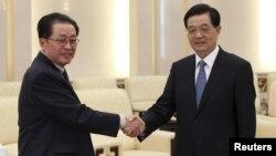 17일 베이징 인민대회당에서 면담한 북한 장성택 국방위원회 부위원장과 후진타오 중국 국가주석.