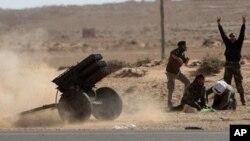 利比亞反政府武裝星期日向忠於卡扎菲的戰机發射火箭