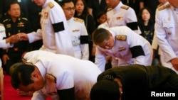 នាយករដ្ឋមន្រ្តីនៃប្រទេសថៃលោក Prayuth Chan-ocha (ឆ្វេង) និងភរិយា អ្នកស្រី Naraporn (ស្តាំ) គោរពវិញ្ញាណក្ខន្ធបន្ទាប់ពី ចែករំលែកទុក្ខចំពោះព្រះមហាក្សត្រថៃ Bhumibol Adulyadej នៅព្រះរាជវាំងទីក្រុងបាំងកកកាលពី ថ្ងៃទី១៤ តុលា ២០១៦។