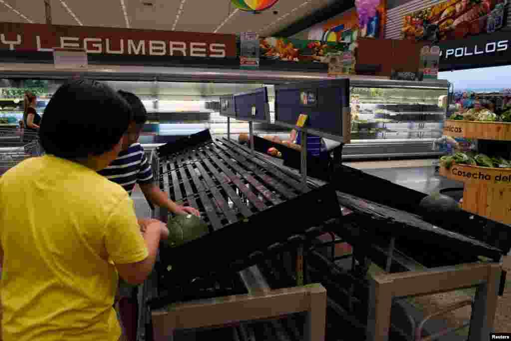 Compradores miran estantes medio vacíos en un establecimiento, luego de una semana de protestas en Guayaquil, Ecuador, octubre 8, 2019. REUTERS/Santiago Arcos.