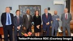 Mopesi toli ya président Félix Tshisekedi na kati ya ba ntoma ya bikolo biike na Kinshasa, 24 f♪0vrier 2021. (Twitter/Présidence RDC)