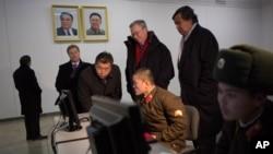 Giám đốc Google Eric Schmidt và cựu Ðại sứ Hoa Kỳ tại Liên hiệp quốc Bill Richardson đi thăm Bình Nhưỡng, ngày 9/1/2013.