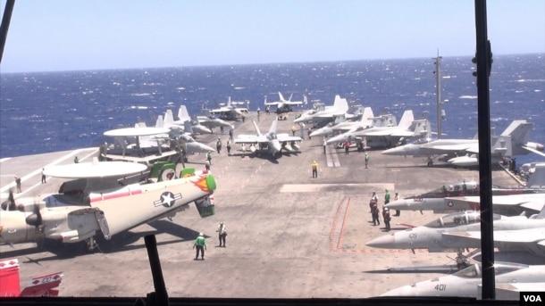 យន្តហោះរ៉ាដា (ខាងឆ្វេង) និងយន្តហោះដទៃទៀតនៅលើនាវា USS Ronald Reagan។(នៅវណ្ណារិន/VOA)
