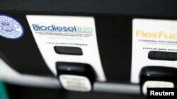 Pompa biodiesel di stasiun pengisian bahan bakar di San Diego, California, Januari 2015. (Foto:Dok)