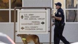 پلیس به همراه یک سگ در محوطه دادگاهی را که در آن به پرونده سرگرد ندال مالک حسن رسیدگی می شود