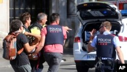 Barcelon-Espay: Pasan kap ede transpòte moun ki blese yon nan atak teworis.