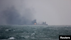 Asap mengepul dari kapal tanker Sanchi yang terdaftar di Panama tengah mengangkut minyak Iran dan terbakar di Laut China Timur, setelah bertabrakan dengan kapal kargo China, 9 Januari 2018.