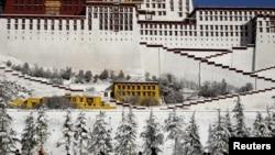 西藏拉萨布达拉宫前(资料图)
