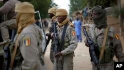 Dalam foto tertanggal 28 Jan 2013 ini tampak tentara Chad berpatroli di Mali utara.