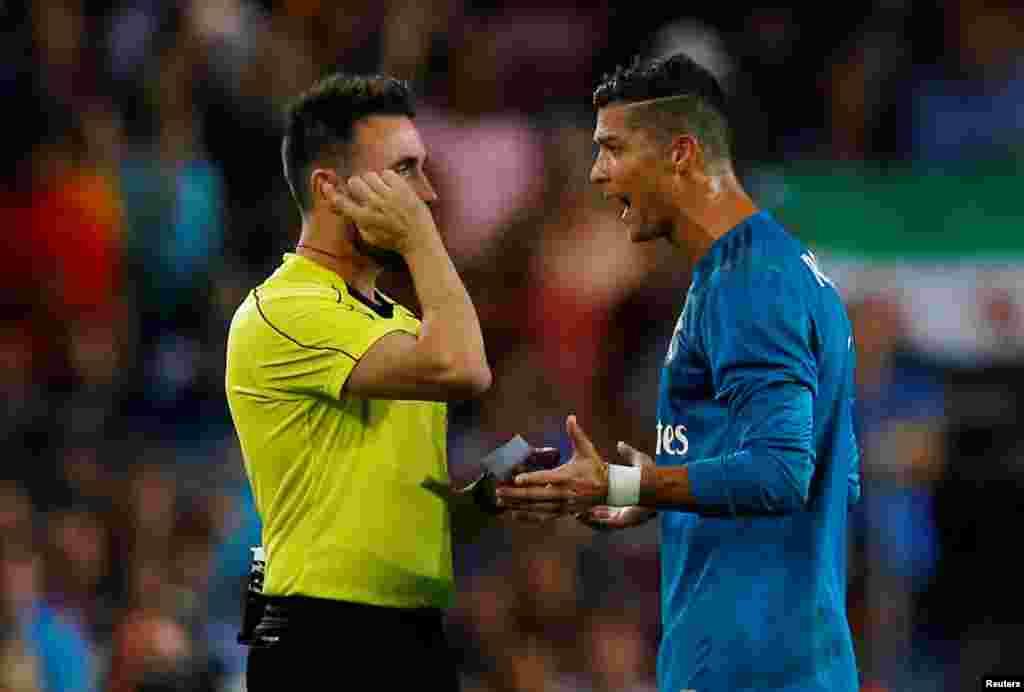 کریس رونالدو دربازی اخیر با بارسلونا درخشید اما هل دادن داور موجب محرومیت او شد.