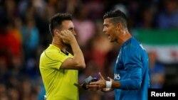 Cristiano Ronaldo parle avec l'arbitre après avoir reçu un carton rouge, à Barcelone, le 13 août 2017.