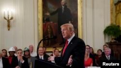 美國總統川普在白宮簽署成立美國工人全國委員會的行政令前的儀式上講話。(2018年7月19日)