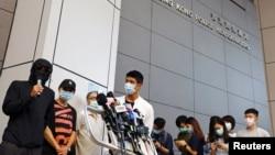 部份被拘留中國深圳的12名港人家屬在香港警察總部外對媒體講話。(2020年9月20日)