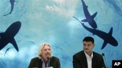 姚明(右)和英国商业大亨理查德.布兰森9月22日在上海的一个新闻发布会上说服中国人放弃吃鱼翅
