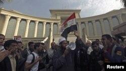 Người biểu tình ủng hộ Tổng thống Ai Cập cầm quốc kỳ trong lúc hô khẩu hiệu phía trước Tòa án tối cao ở Maadi, phía nam Cairo, ngày 2/12/2012.